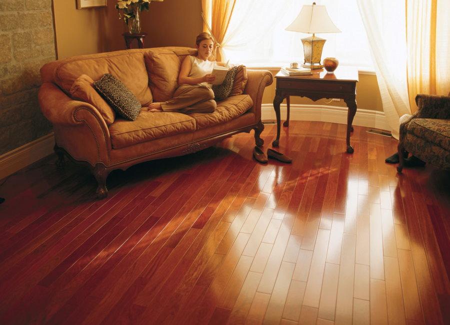 Красный ламинат в гостиной комнате с классической мебелью