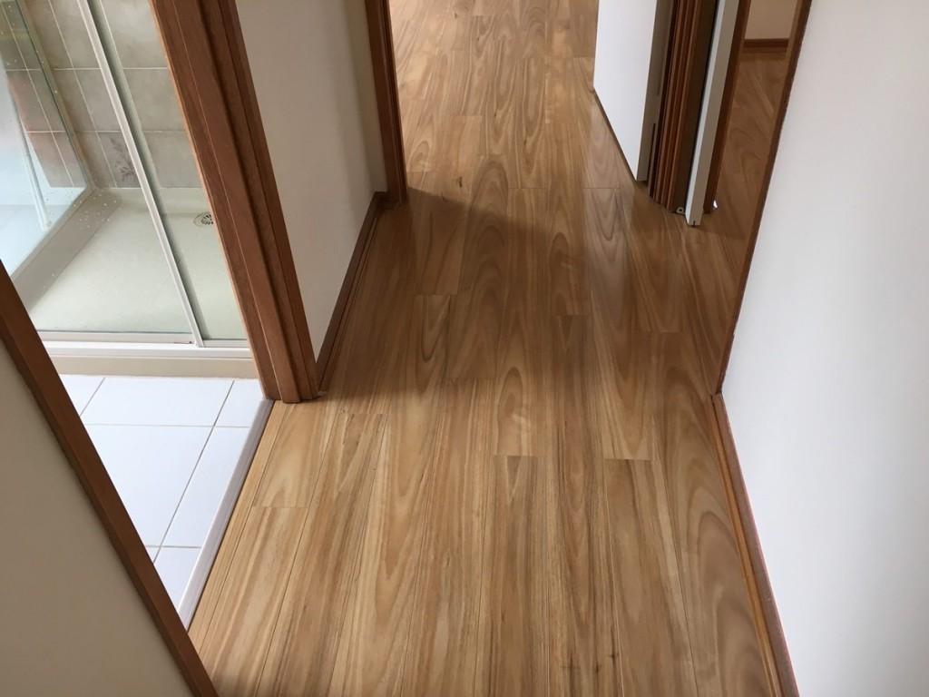 Узкий коридор квартиры с ламинированным покрытием