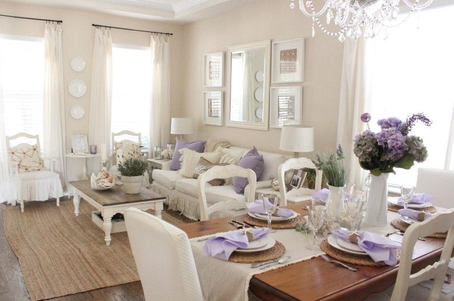 Лавандовые акценты в светлой гостиной стиля прованс