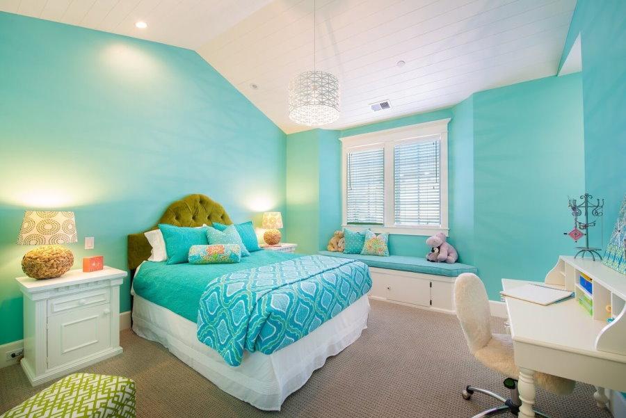Лазурные стены в спальне девочки школьного возраста