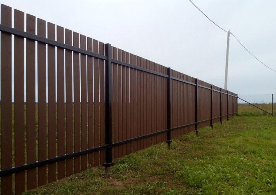 Деревянный забор со столбами на винтовых сваях