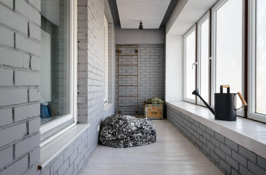 Лейка на подоконнике балкона с теплым остеклением