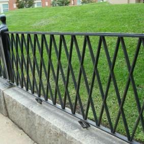 Заборчик из профильной трубы на бетонных блоках