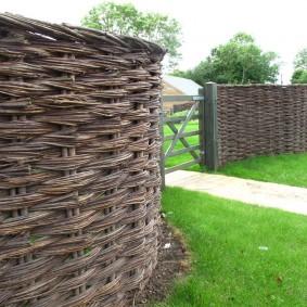 Плетень из ивовых прутьев на дачном участке