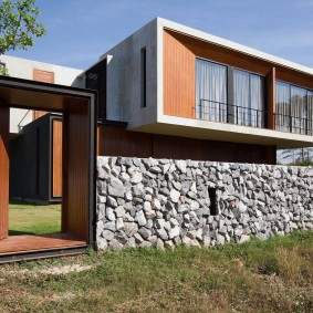 Забор из камня перед домом в современном стиле