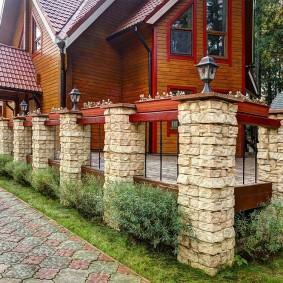 Декоративное ограждение с каменными столбами