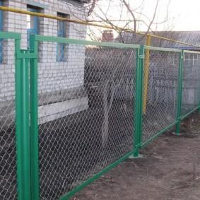 Садовый забор из оцинкованной сетки рабицы