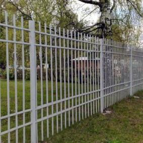Простой забор из металлических прутьев