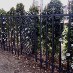 Металлический забор с кованными элементами