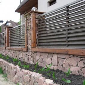 Деревянный забор жалюзи на каменном основании