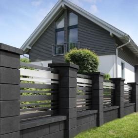 Темный забор в стиле минимализма