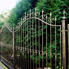Кованный забор с острыми пиками