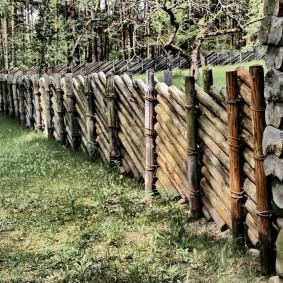 Деревянный забор из бревен под старину