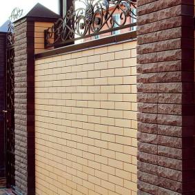 Капитальный забор из декоративного кирпича
