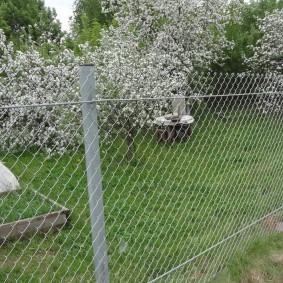 Простой забор из металлической сетки
