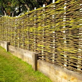 Плетенный забор с бетонным основанием