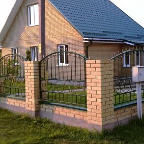 Комбинированный забор на участке с кирпичным домом