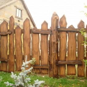 Стильный забор из горбыля на загородном участке