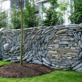 Дизайнерский забор из округлого камня