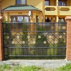 Металлический забор в комбинации с поликарбонатом