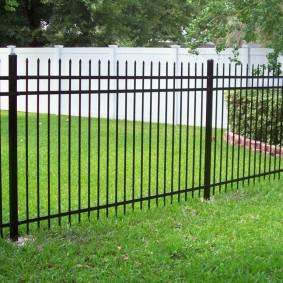 металлический забор из круглых прутков