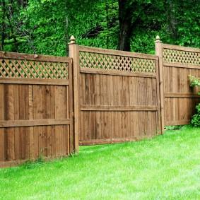Деревянный забор на участке с уклоном