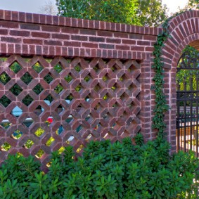 Кирпичный забор с кладкой в виде решетки