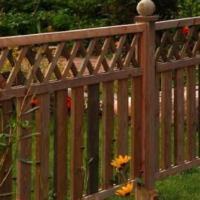 Забор из натурального дерева на садовом участке