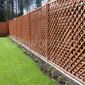 Решетчатый забор из деревянных реек