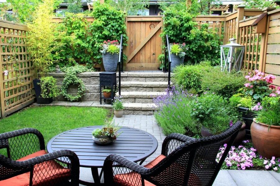 Круглый столик на патио перед дачным домиком