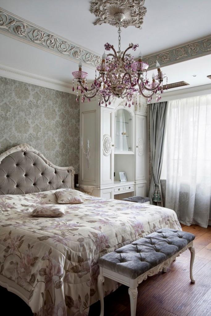 Большая люстра в спальне с высоким потолком