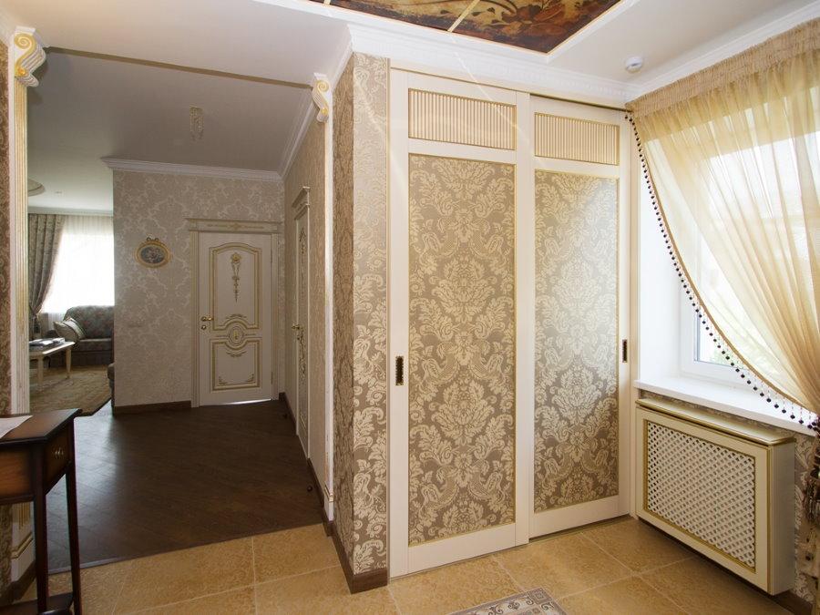 Раздвижной шкаф в прихожей неоклассического стиля
