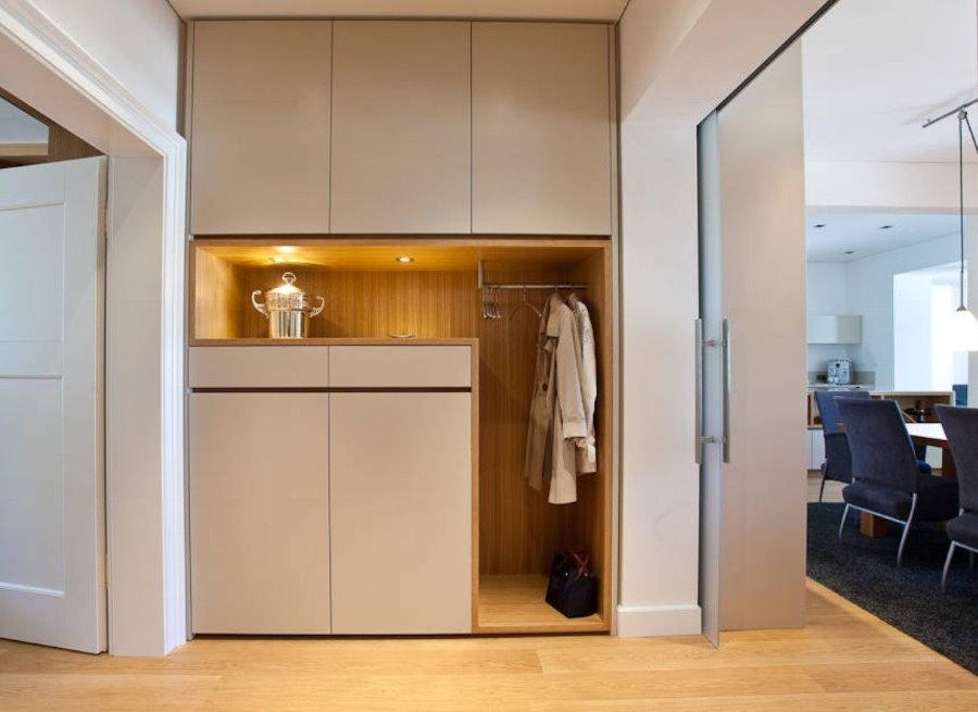 Встроенные шкафы в нише коридора малогабаритной квартиры