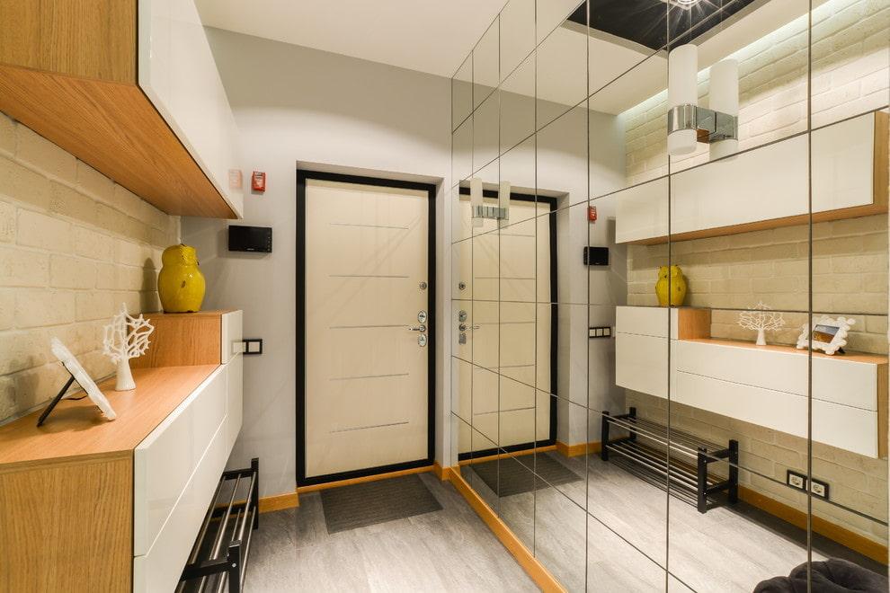 Модульная мебель в прихожей с зеркальной стеной
