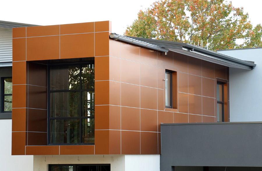Отделка фасада загородного дома металлическими панелями