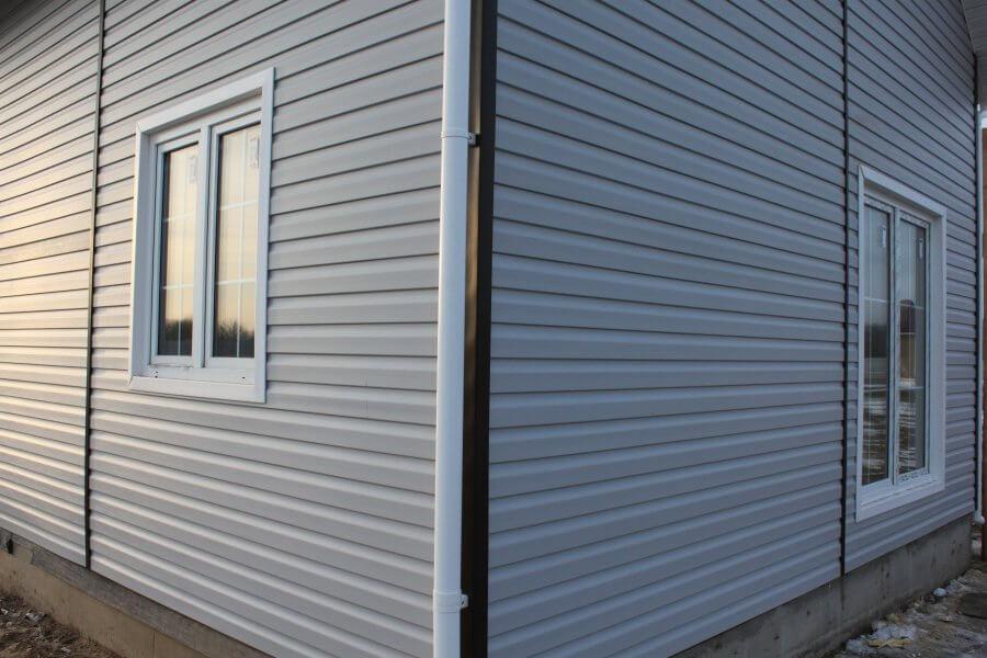 Металлический сайдинг на фасаде одноэтажного дома