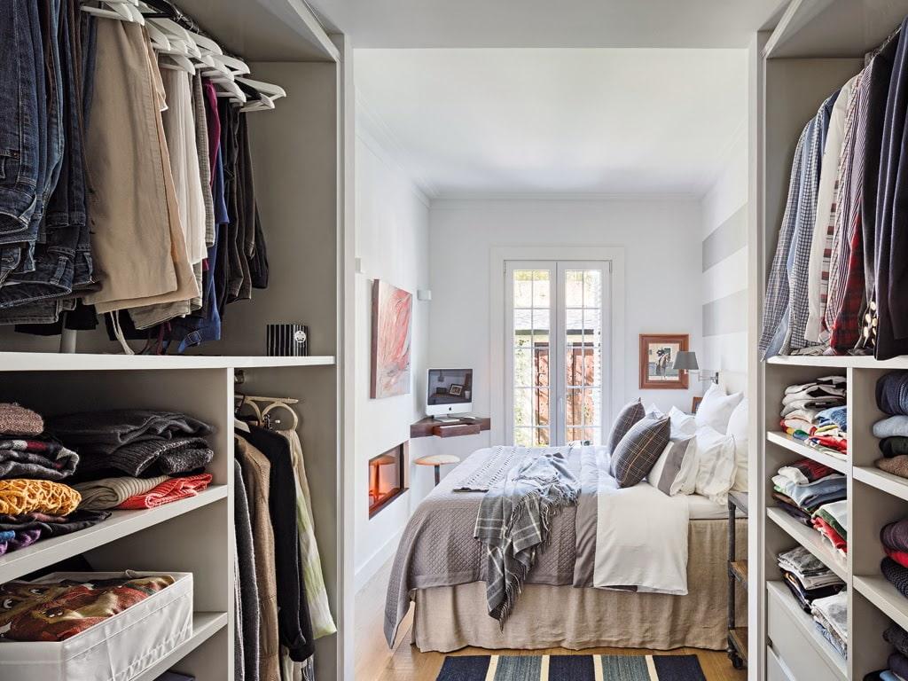 Модульный гардероб на входе в спальную комнату
