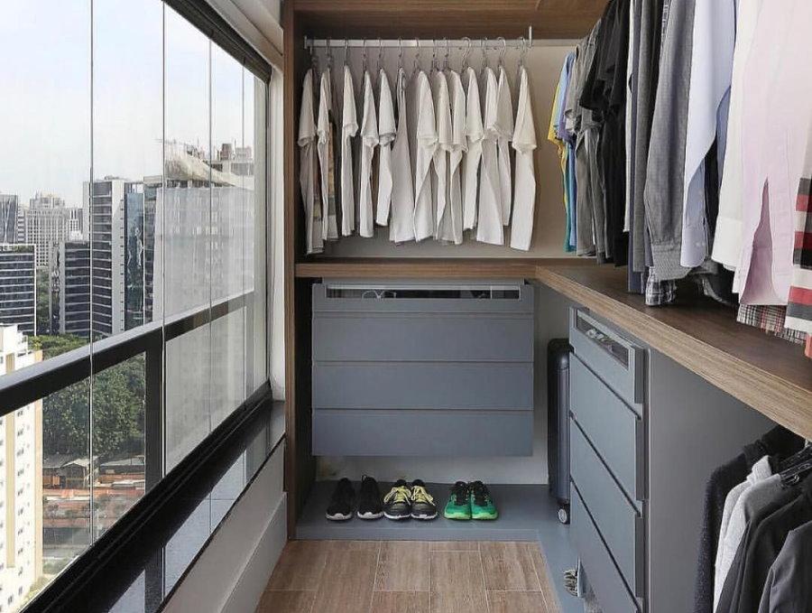 Гардеробная комната на балконе спальни для мужчины