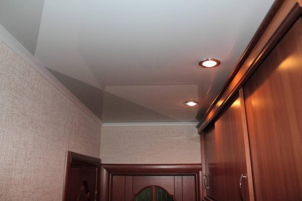 Встроенные светильники на потолке прихожей
