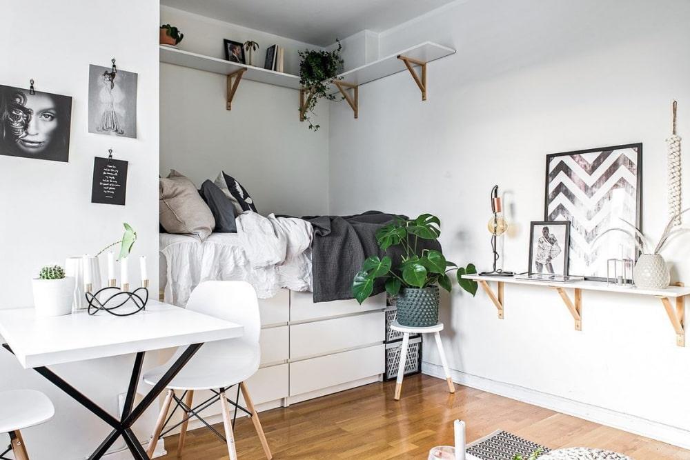 Полки в нише квартиры-студии нордического стиля