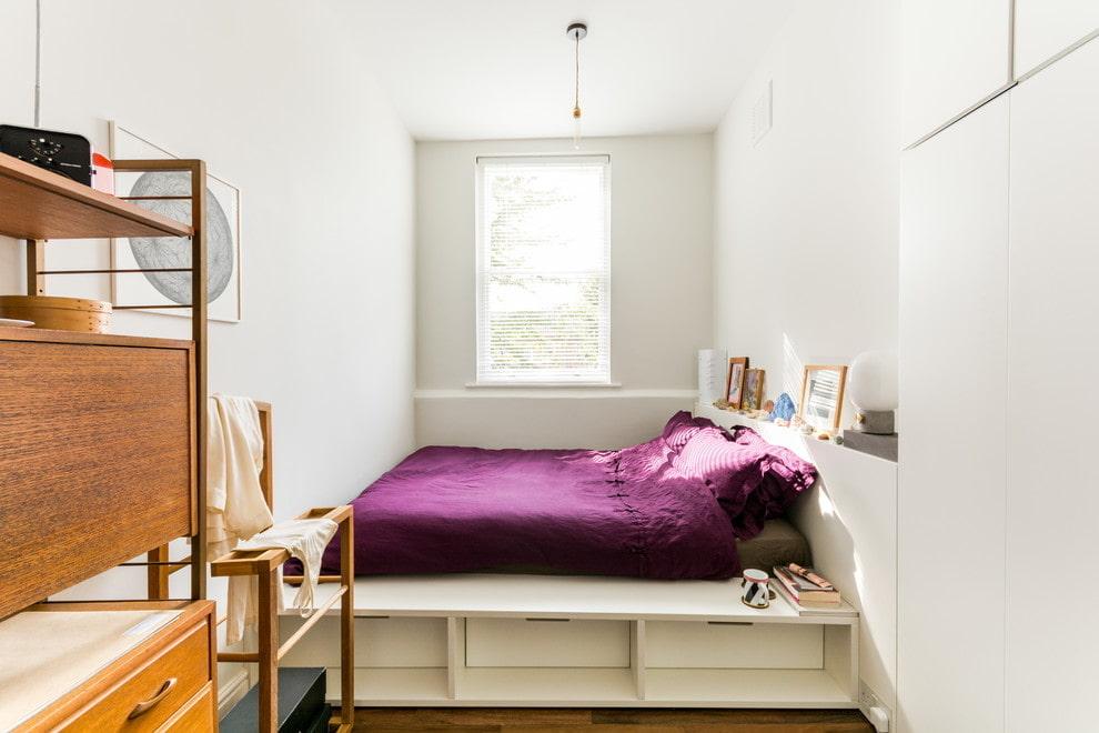 Узкая комната с белым подиумом
