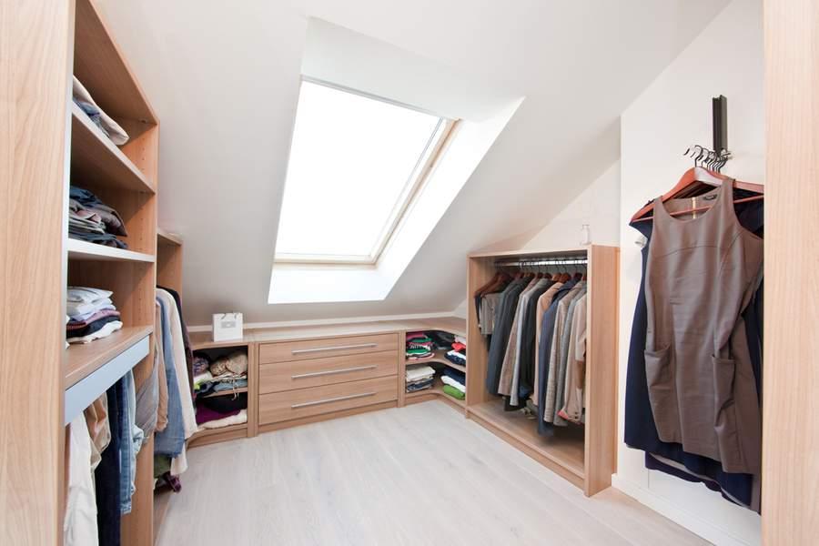Пример наполнения гардеробной в мансардном помещении
