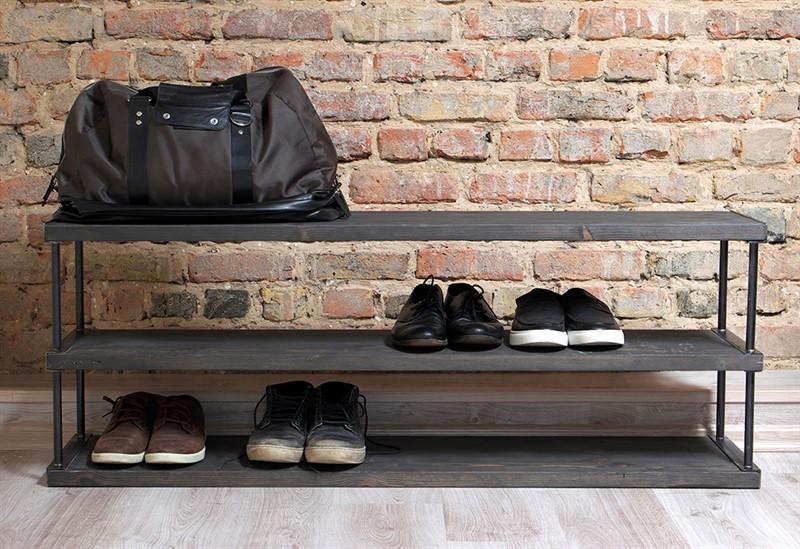 Самодельная обувница в стиле лофта в прихожей с кирпичной стеной