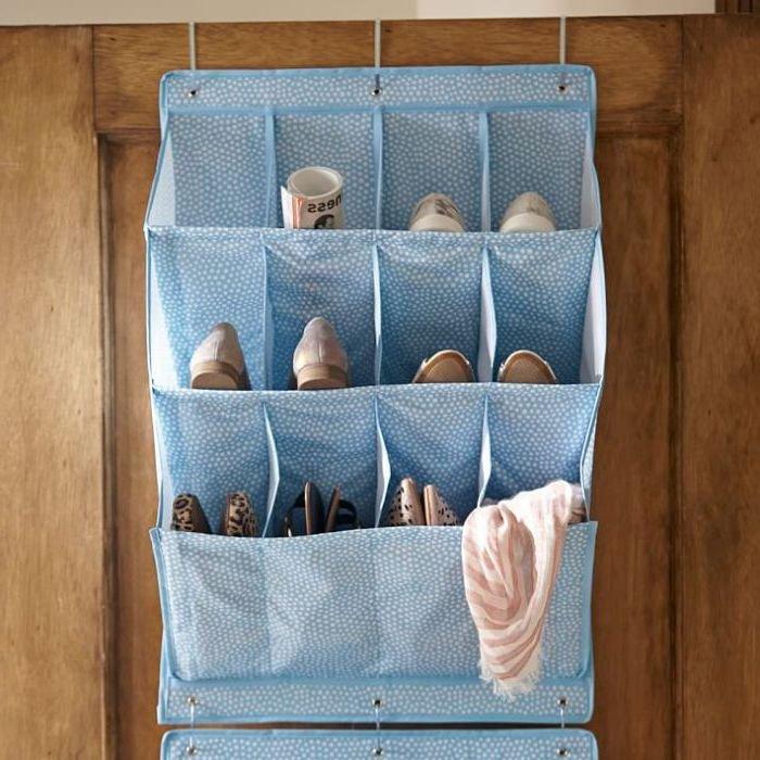 Тканевая обувница на двери в прихожей комнате