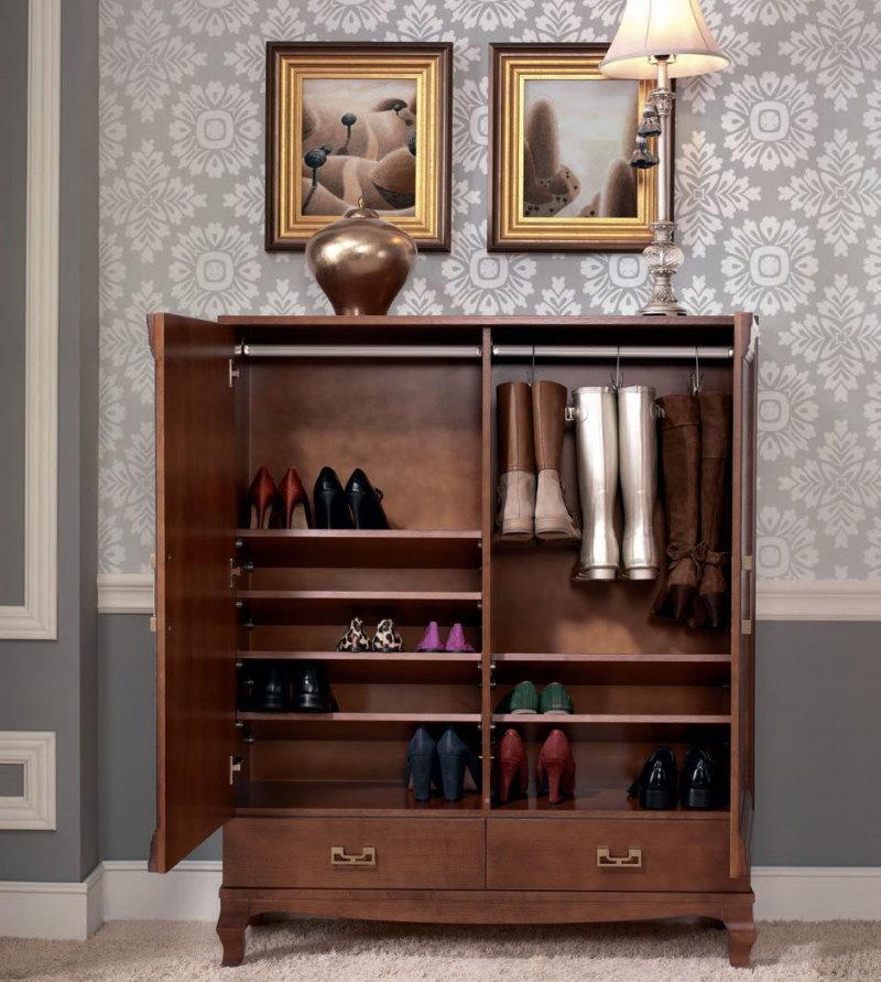 Вешалка для женских сапог внутри обувницы коричневого цвета