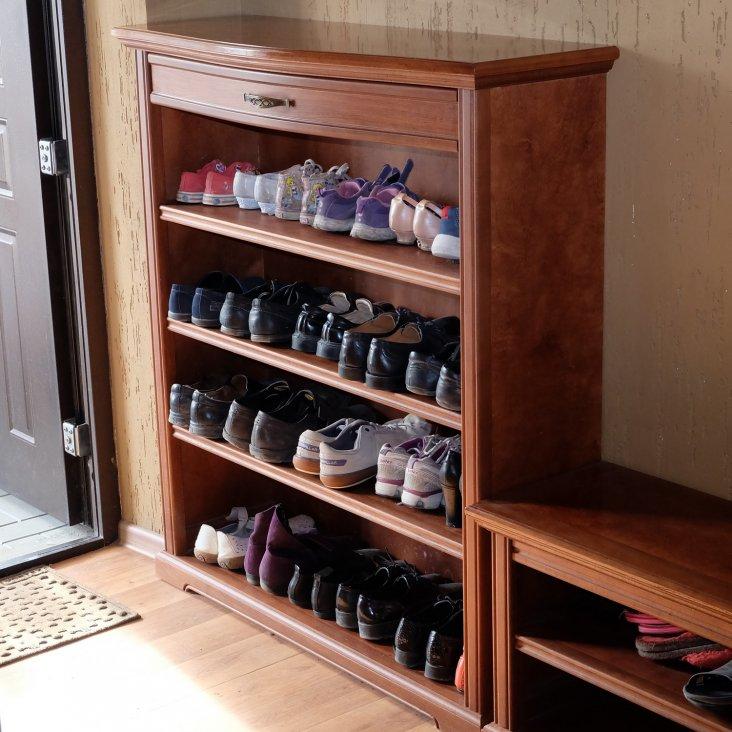 Открытая обувница небольшой глубины перед дверью в прихожей