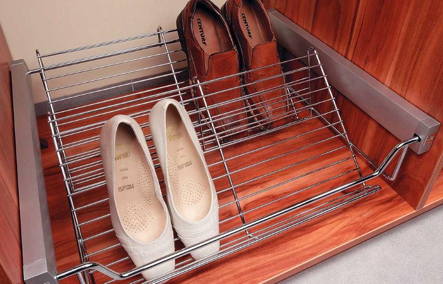 Сетчатая выдвижная обувница во встроенном шкафу