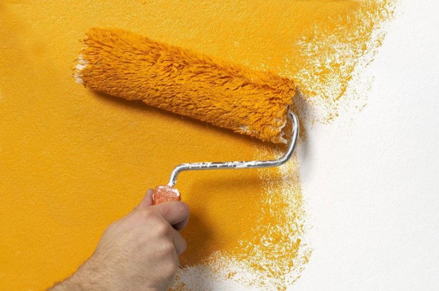 Окраска стены водоэмульсионкой с помощью валика