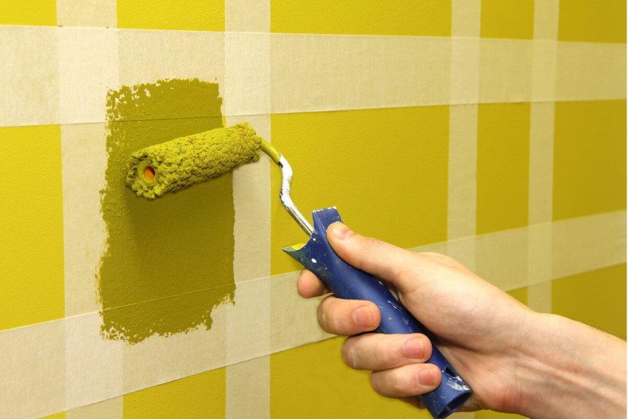 Окраска стены спальни в клетку с помощью скотча