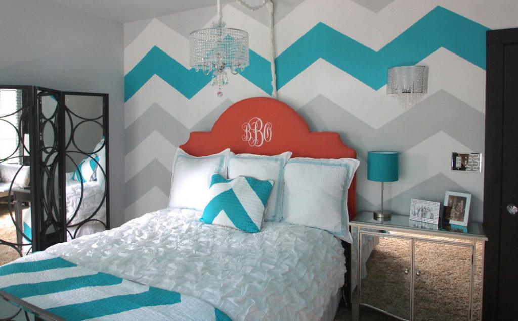 Окраска зигзагами стены над кроватью